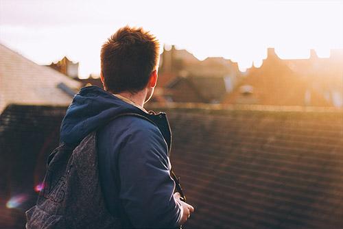 Ungdom med ryggsäck