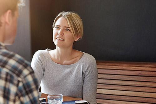Behandlande samtal mellan ungdom och vuxen